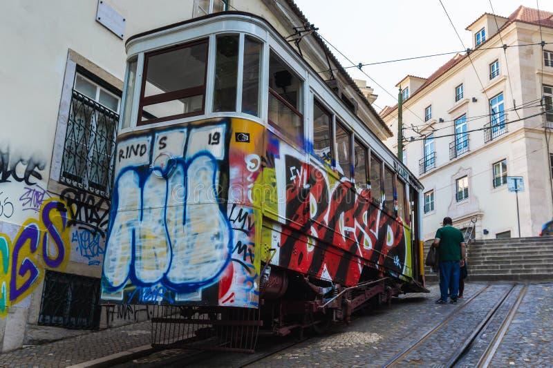 Gloria Funicular eller Ascensoren da Gloria, bergbanalinje i Lissabon royaltyfri bild