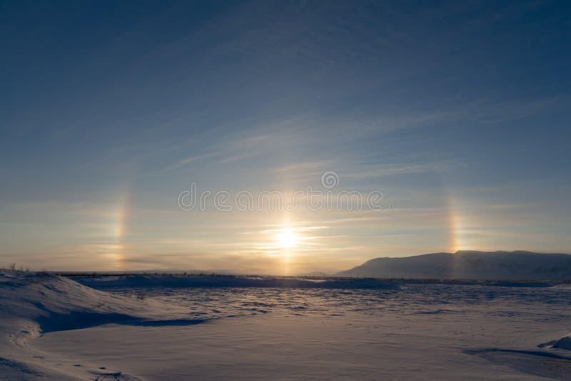 Gloriaeffekt under en vinterdag Soligt och blänka ljus Höst Kallt väder Norilsk royaltyfria bilder