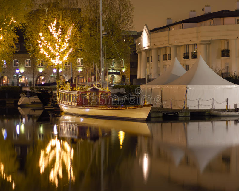Gloriana女王陛下女王伊丽莎白IIs皇家驳船 靠码头在晚上,伦敦英国 免版税库存照片