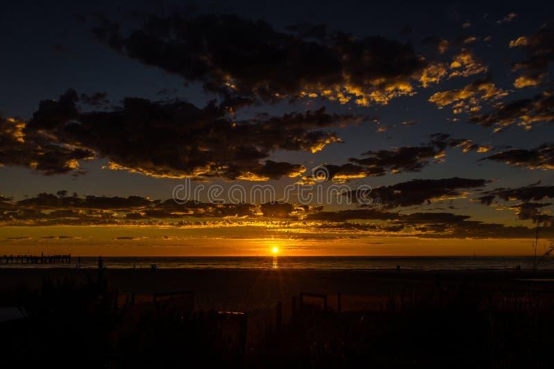 Glorierijk zonsondergangzeegezicht bij Glenelg-strand, Adelaide, Australië royalty-vrije stock foto's