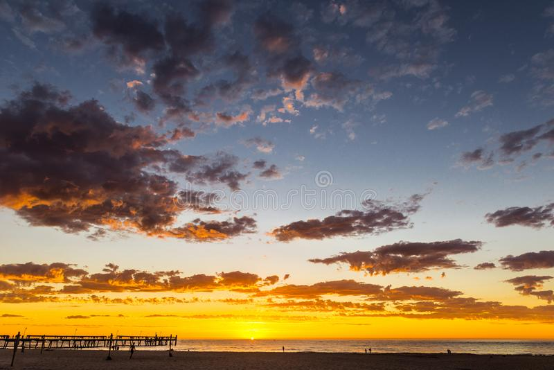 Glorierijk zonsondergangzeegezicht bij Glenelg-strand, Adelaide, Australië stock foto