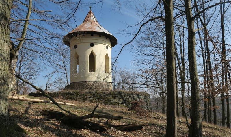 Gloriet - observatiegazebo boven de rivier Oslava dichtbij het kasteel VlÄ  à Kopec in Zuid-Moravië stock foto's