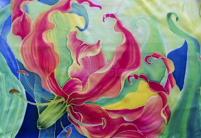gloriosis花与叶子和芽-在丝绸的图画的 细麻花布 亚洲,非洲花 使用铅印材料,标志,项目,网 免版税库存照片