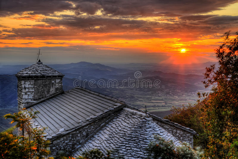 Gloruous-Sonnenuntergang an Kirche Sant Jerome auf Nanos-Berg lizenzfreie stockbilder