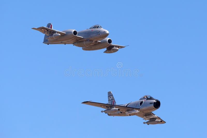 Gloster meteor F 8 VH-MBX samolot prowadzi CAC CA-27 szablę Północnoamerykański F-86 w formaci fotografia royalty free