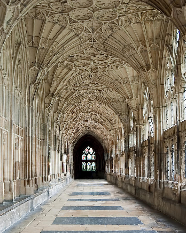 GLOUCESTER, R-U - 17 août 2011 : Un couloir dans le cloître de la cathédrale de Gloucester photos libres de droits
