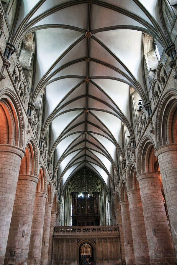 GLOUCESTER, Regno Unito - 17 agosto 2011: La navata e l'organo alla cattedrale di Gloucester immagine stock libera da diritti