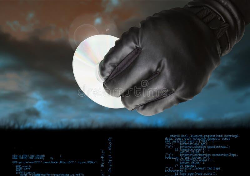 Gloved рука держа КОМПАКТНЫЙ ДИСК перед пасмурной предпосылкой стоковое изображение rf