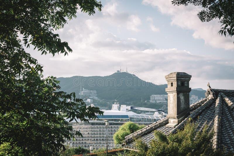 Glover Garden, Nagasaki, Kyushu, Japón - chimenea y tejado de la casa vieja imagen de archivo libre de regalías