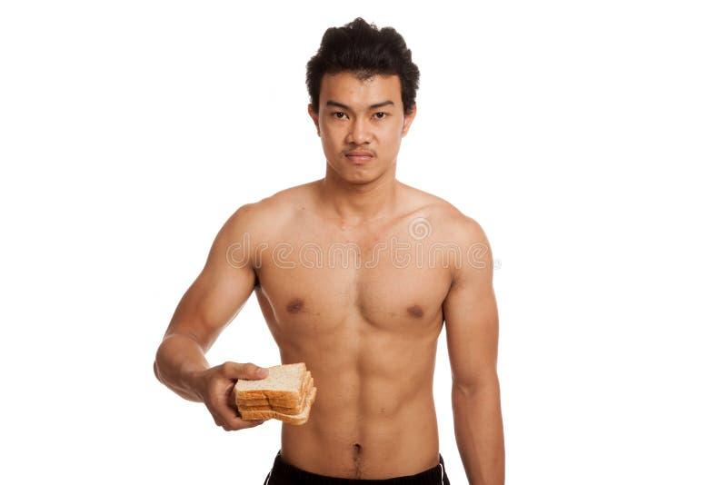 Glucides asiatiques musculaires de charge d'homme avec du pain images stock