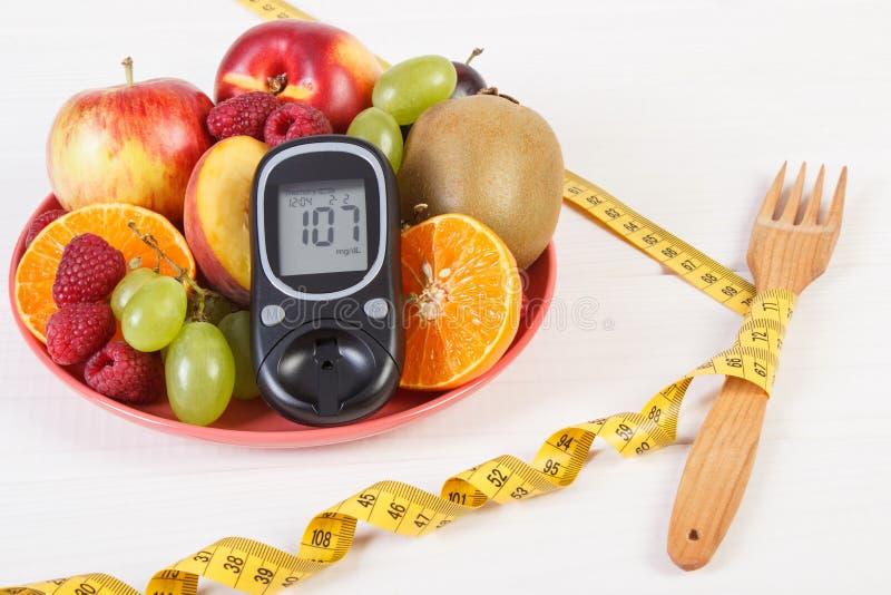 Glucometer, świeże owoc na talerzu, centymetr, cukrzyce i zdrowy odżywianie, obraz stock