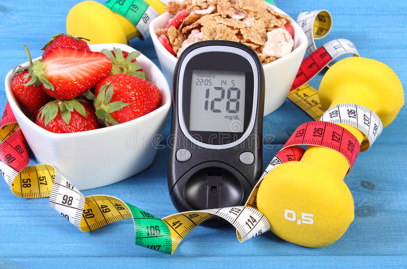 Glucometer με το επίπεδο ζάχαρης, τα υγιή τρόφιμα, τους αλτήρες και το εκατοστόμετρο, το διαβήτη, τον υγιή και φίλαθλο τρόπο ζωής στοκ εικόνες