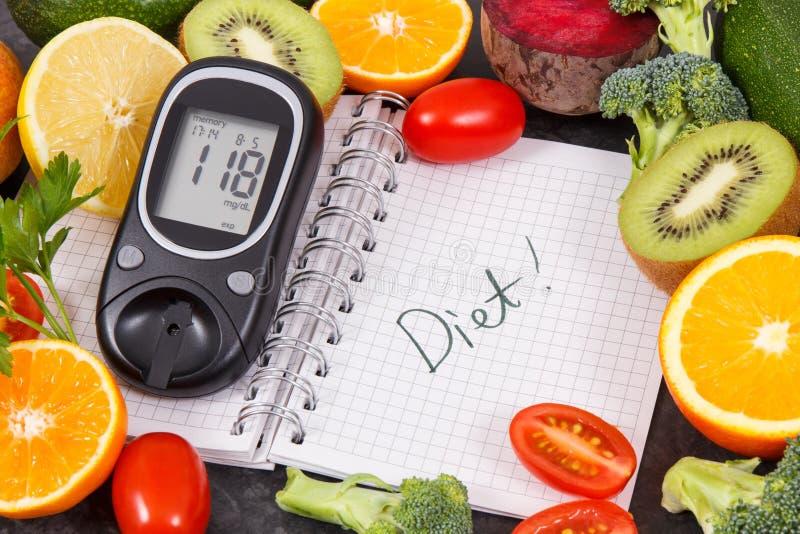 Glucometer con il risultato del livello dello zucchero, frutti con le verdure e blocco note con la dieta di parola Alimento sano  immagini stock libere da diritti