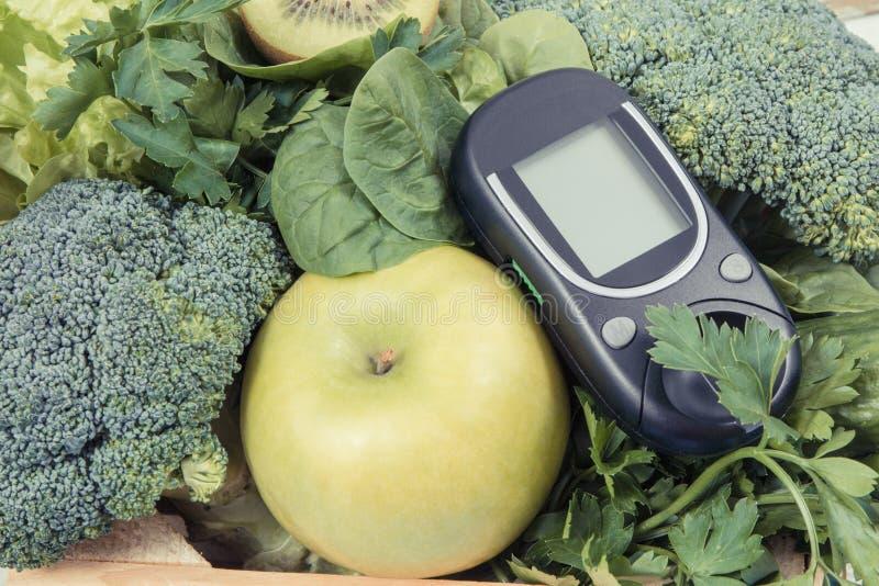 Glucometer dla pomiarowych cukier zieleni i pozioma owoc z warzywami Cukrzyc, dieting i ciała detox pojęcie, obrazy royalty free