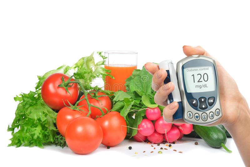 Glucometer do conceito do diabetes e alimento saudável fotos de stock royalty free
