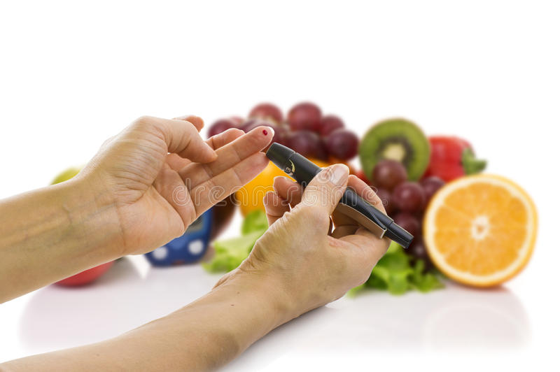 Glucometer pour le niveau de glucose et l'aliment biologique sain image libre de droits