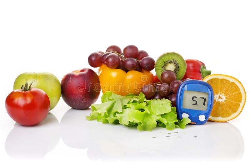 Glucometer pour le niveau de glucose et l'aliment biologique sain image stock