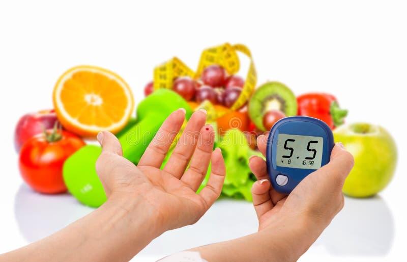 Glucometer pour le niveau de glucose et l'aliment biologique sain sur un fond blanc Concept de diabète photo libre de droits