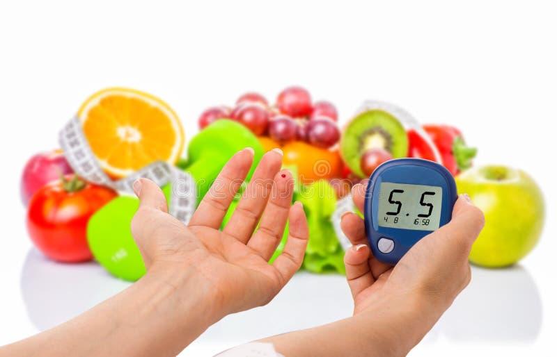 Glucometer pour le niveau de glucose et l'aliment biologique sain sur un fond blanc Concept de diabète image stock