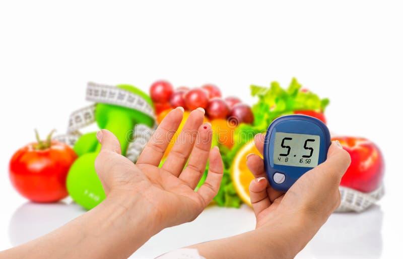 Glucometer pour le niveau de glucose et l'aliment biologique sain sur un fond blanc Concept de diabète images libres de droits