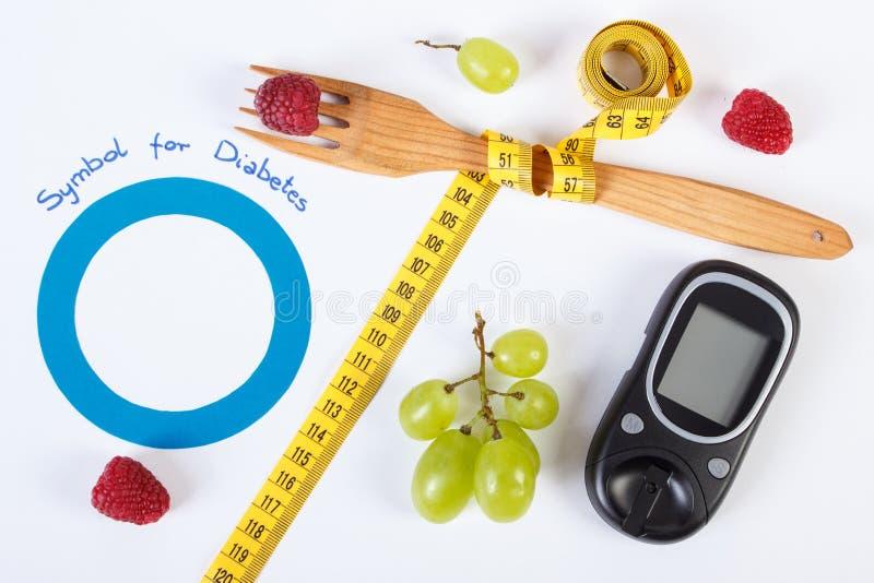 Glucometer, símbolo del día de la diabetes del mundo, frutas frescas con centímetro imagen de archivo libre de regalías