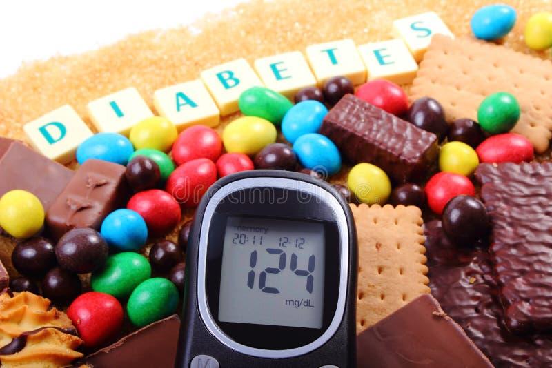 Glucometer, snoepjes en riet bruine suiker met woorddiabetes, ongezond voedsel stock afbeelding