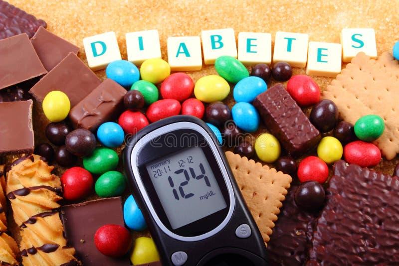 Glucometer, snoepjes en riet bruine suiker met woorddiabetes, ongezond voedsel royalty-vrije stock fotografie