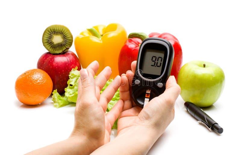 Glucometer verse vruchten, concept voor diabetes, vermageringsdieet, gezonde voeding en het versterken van immuniteit royalty-vrije stock fotografie