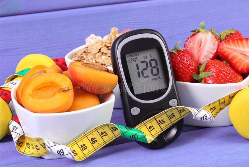 Glucometer z cukieru poziomem, zdrowym jedzenie, centymetr, cukrzyce i zdrowy styl życia, obrazy royalty free