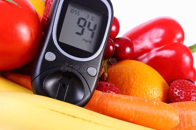 Glucometer z owoc i warzywo, zdrowy odżywianie, cukrzyce obraz stock