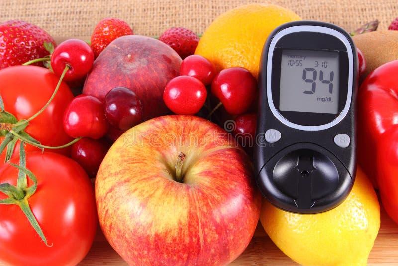 Glucometer z owoc i warzywo, zdrowy odżywianie, cukrzyce fotografia stock