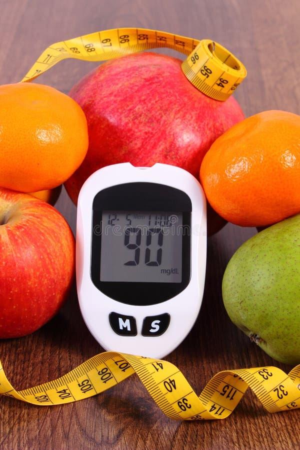 Glucometer z owoc, pojęciem cukrzyce i zdrowym odżywianiem centymetrowymi i świeżymi, zdjęcia royalty free