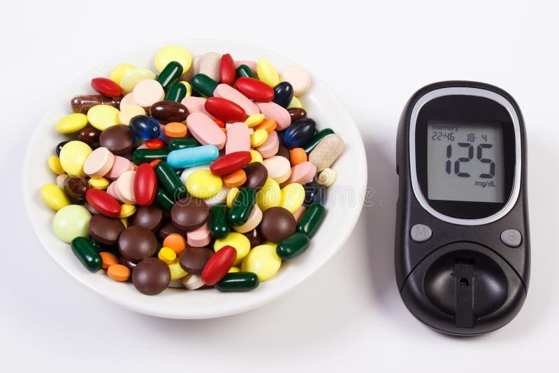 Glucometer z rezultata cukieru poziomem i rozsypiskiem medyczne pigułki i kapsuły, cukrzyce, opieki zdrowotnej pojęcie zdjęcie stock