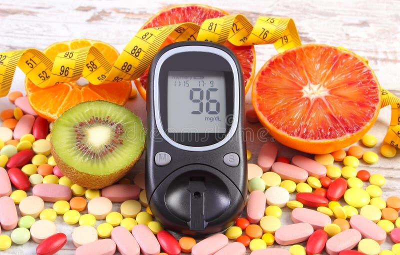 Glucometer z rezultatem, centymetr, owoc, medyczne pigułki, cukrzyce, odchudzanie, zdrowy styl życia i odżywianie, obraz royalty free