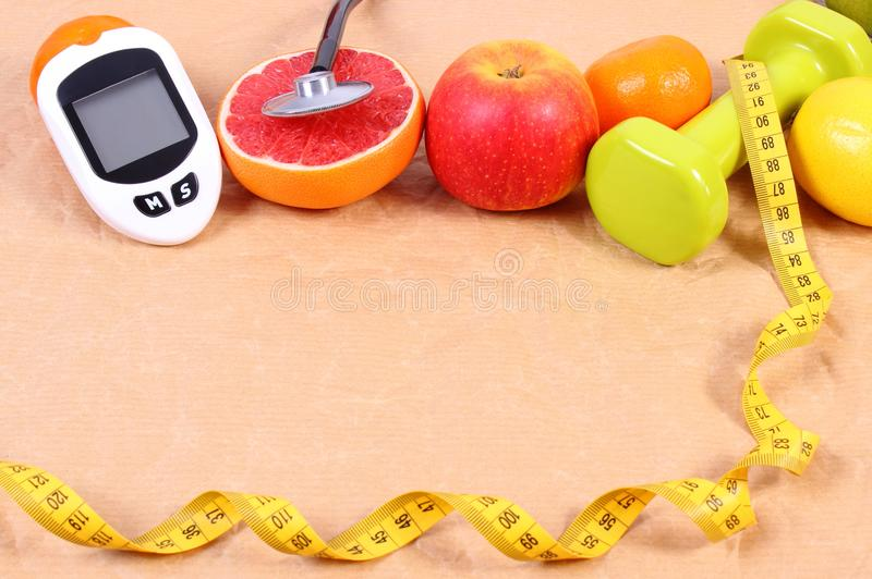 Glucosemeter, stethoscoop, centimeter en verse vruchten, diabetes, gezond levensstijlenconcept royalty-vrije stock foto's