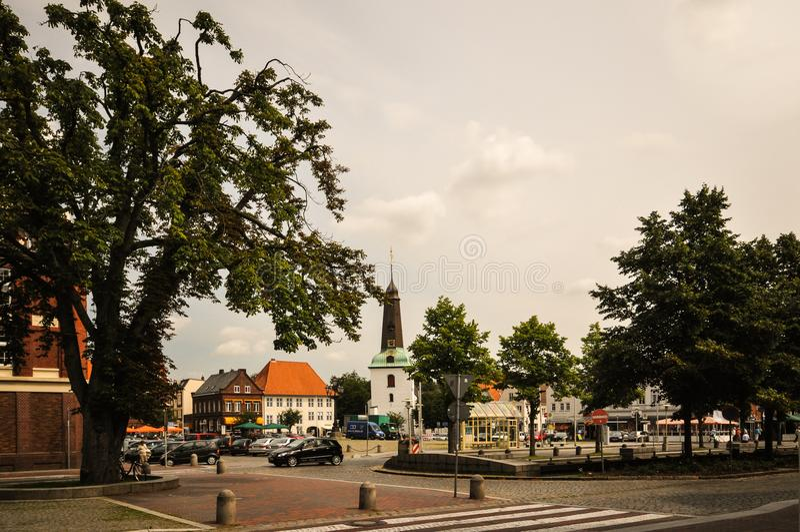 Glueckstadt germnay, mercado histórico velho com igreja foto de stock