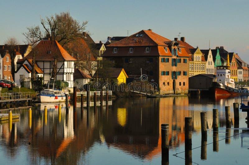 Glueckstadt germnay, porto histórico velho com embarcações velhas fotos de stock royalty free