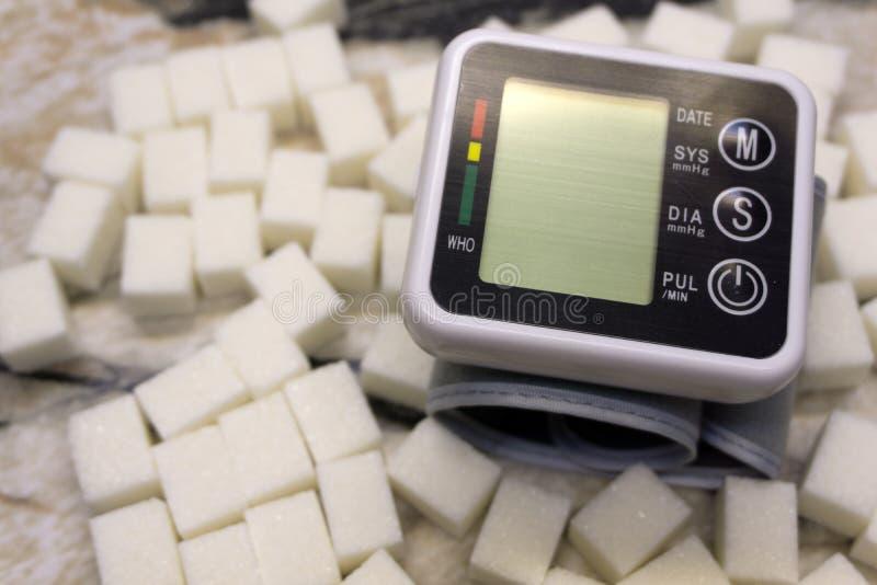 Glukosmeter med resultat av sockernivån, blodtryckbildskärm och nya frukter med grönsaker, sund livsstil, sockersjuka och arkivfoton