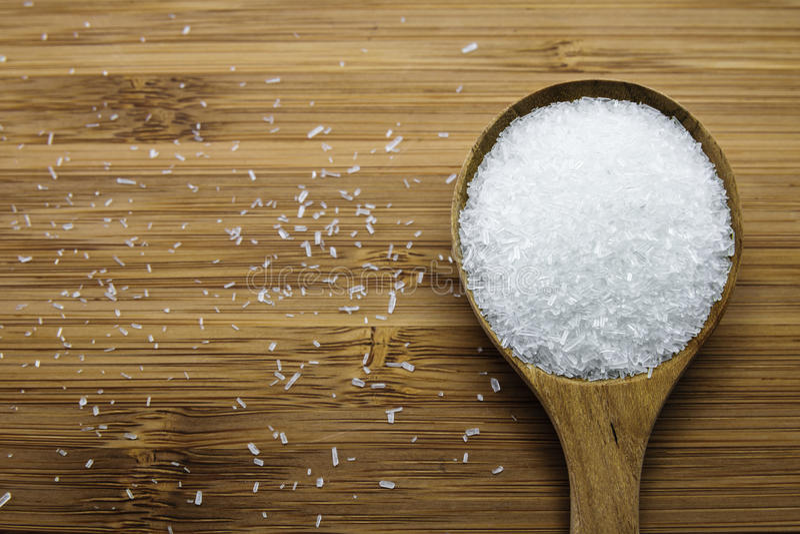 Glutamate de monosodium (MSG) dans la cuillère en bois image stock