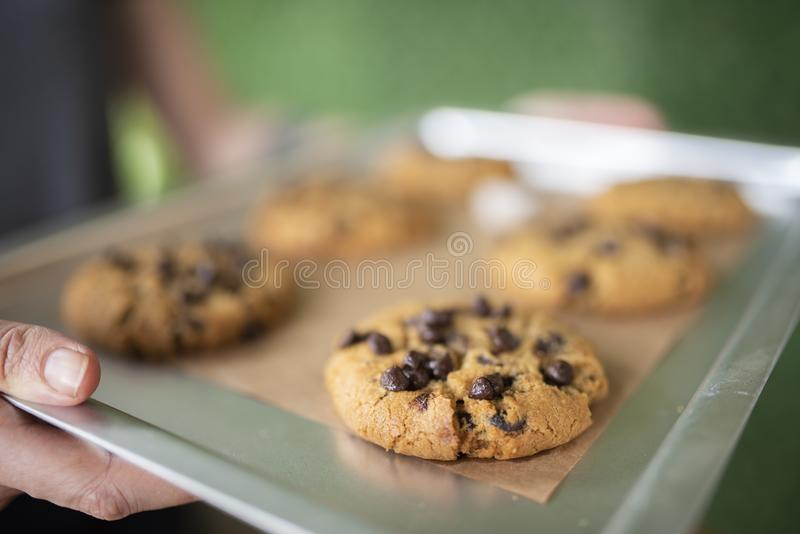 Glutenów bezpłatni ciastka z glutenem uwalniają składniki na usługowej tacy obrazy stock