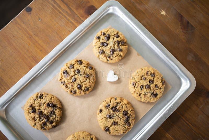 Glutenów bezpłatni ciastka z glutenem uwalniają składniki na usługowej tacy zdjęcie royalty free