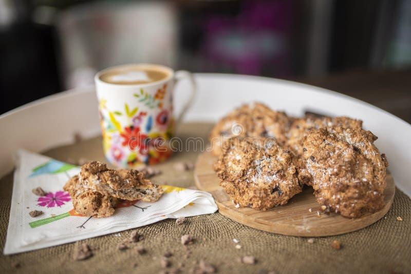 Glutenów bezpłatni ciastka z kokosowym olejem, kokosowa mąka z gorącą kawą zdjęcia stock