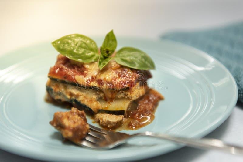 Gluten fait à la maison organique de vegan lasagne gratuit de courgette image libre de droits