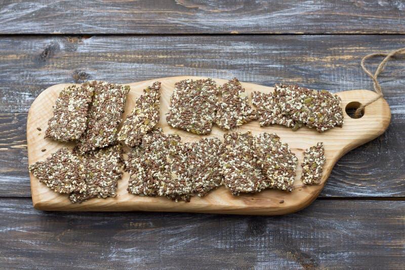 Gluten-fri smällare för läcker sund multigrain som är ketogenic, från frö för chiafrö-, lin-, sesam- och jordningspumpa royaltyfria bilder