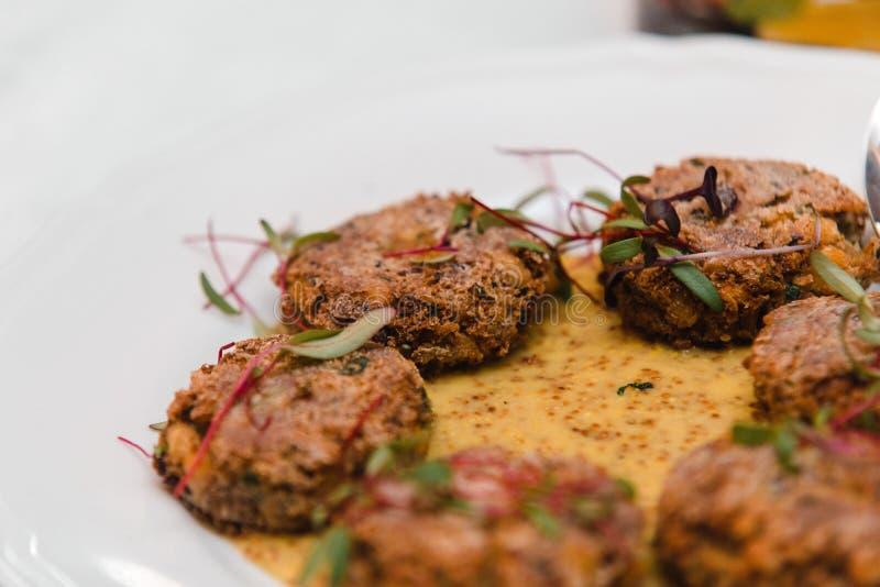 Gluten-fria kotletter för strikt vegetarian med bönor, kikärtar och persilja, musta royaltyfri fotografi