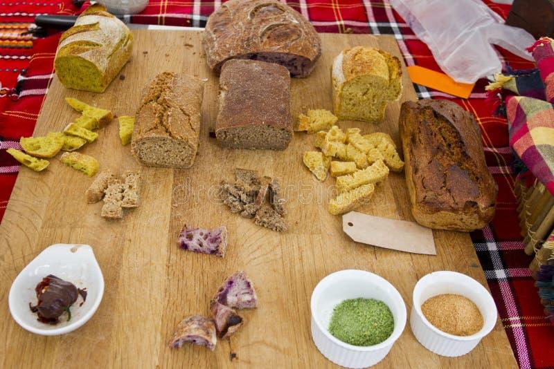 Gluten sain fait maison de pain gratuit Pain coloré fait à partir des céréales saines pain gluten-gratuit sain, rooty textur de f photographie stock libre de droits