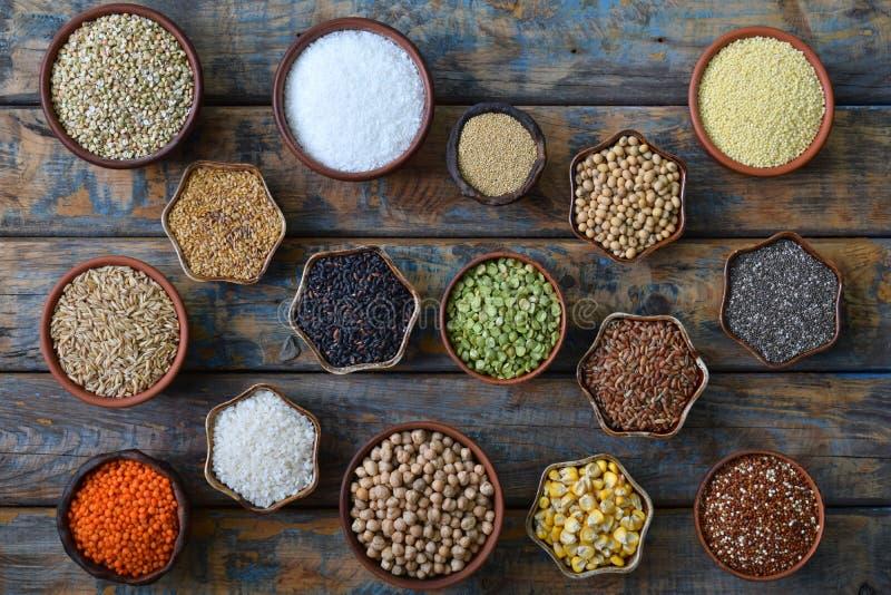 Gluten-vrij concept Korrels, graangewassen en zaden voor baksel Gierst, quinoa, graan, boekweit, rijst, amarant, kikkererwt, koko royalty-vrije stock foto