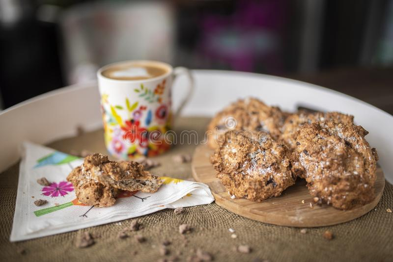 Gluten vrije koekjes met kokosnotenolie, kokosnotenbloem met hete koffie stock afbeelding