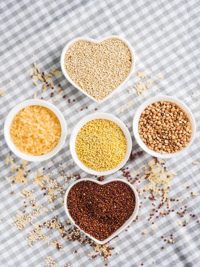Gluten vrije korrels in kommen op keukenlijst royalty-vrije stock fotografie