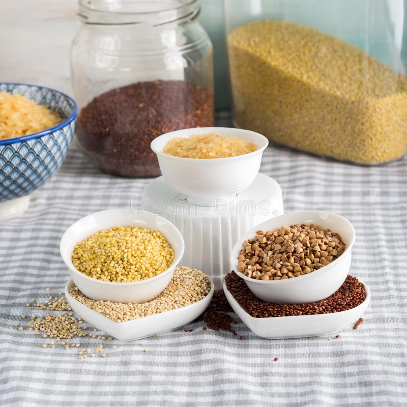 Gluten vrije korrels in kommen op keukenlijst stock afbeeldingen